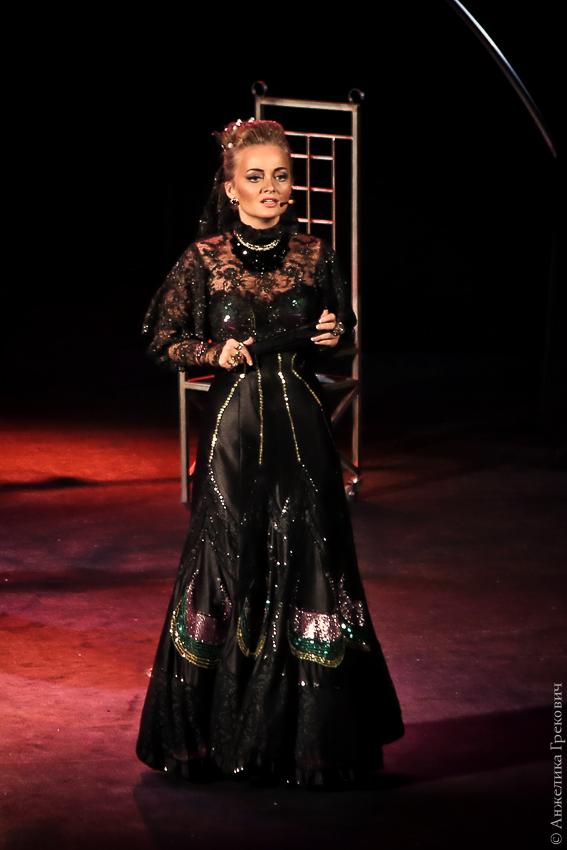 Илона Казакевич в спектакле Территории мюзикла Собака на сене