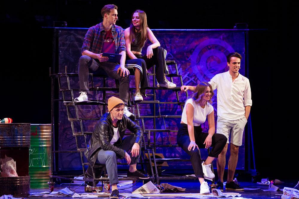 Фрагмент из спектакля театра Территория мюзикла Карманный театр. Общая сцена