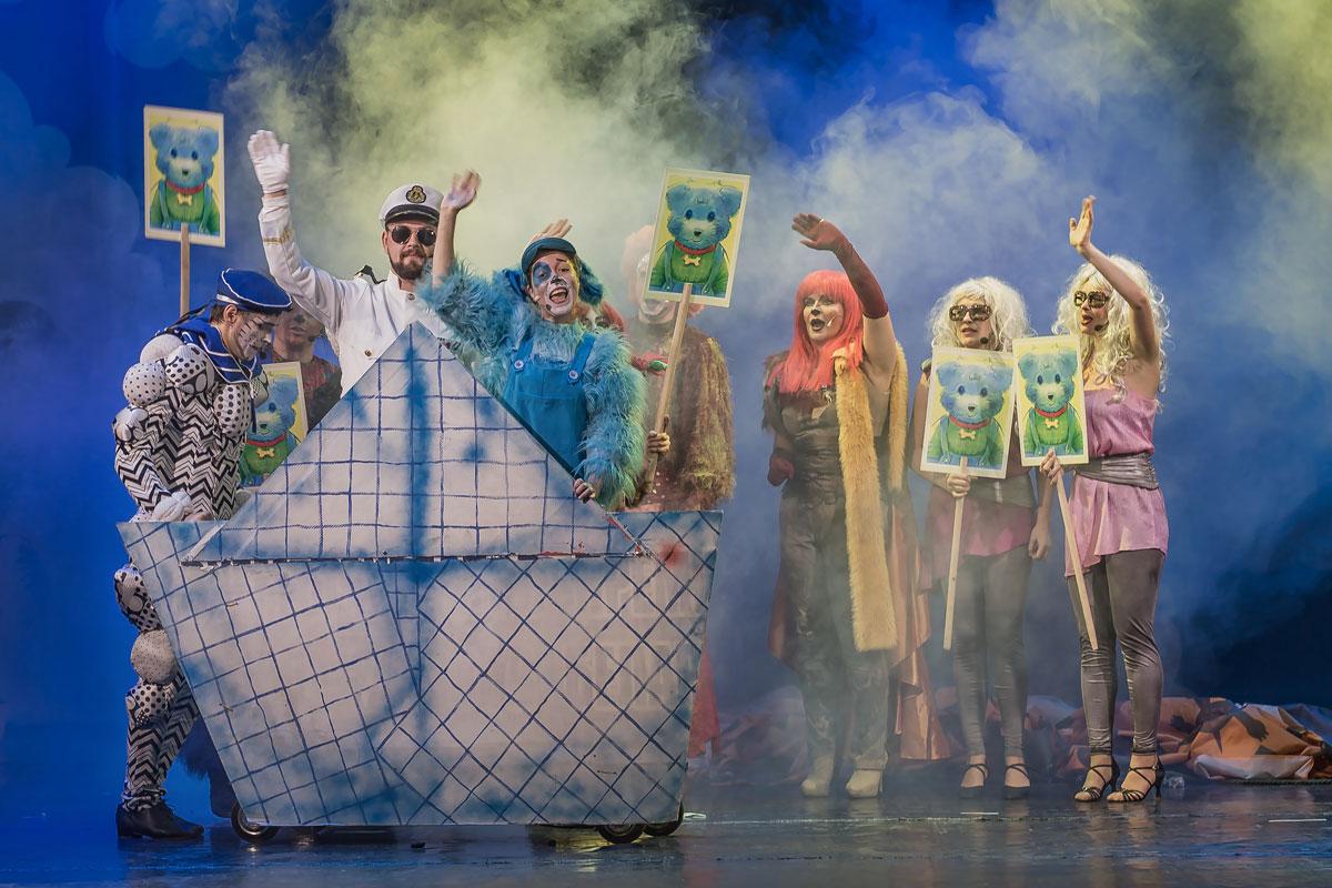 Сцена из спектакля «Голубой щенок» театра «Территория мюзикла»